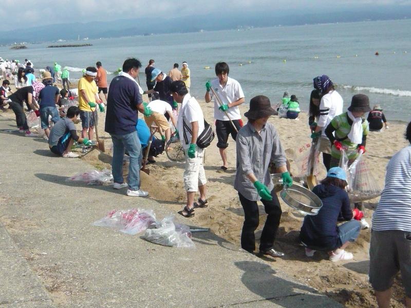 On July 6, 2014, Takaoka Plant employees clean up Matsudaehama beach on the Sea of Japan.